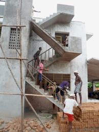 Ook het dak van het Art House wordt onder handen genomen. Een aantal jongeren helpt mee.