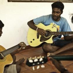 Muzieklessen voor kinderen in de dorpsschool