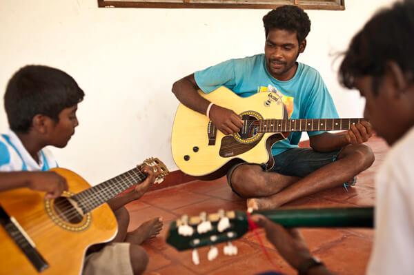 Muzieklessen in de dorpsschool - Stichting Isai Ma(i)yam