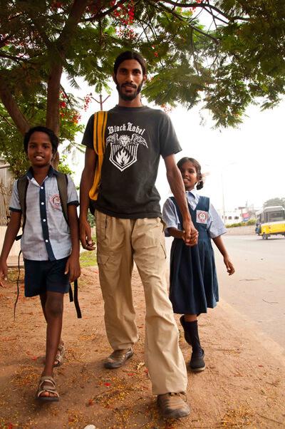 Arjuna brengt Velu en Angeli naar school - Stichting Isai Ma(i)yam
