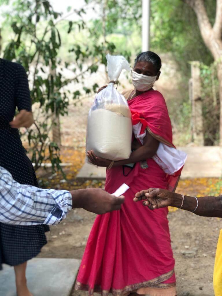 kinderen in India we gaan door met uitdelen van voedselpakketten